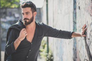 Ter uma barba bonita e aparente é uma tendência crescente entre os homens, visto que o número de barbearias vem crescendo em todas as regiões do Brasil